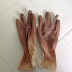 利尻カラーシャンプーをする時には必須!ゴム手袋120円♪数回程度の使用では、手が染まる事はありませんが毎日毎日使っていると、爪が染まります。